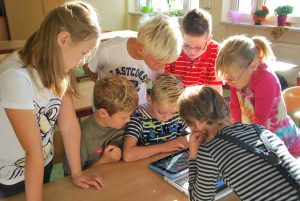 Schüler erforschen ein 2-in-1-Gerät